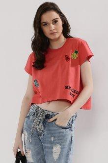 Красная футболка с нашивками