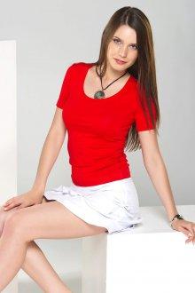Красная футболка с чем носить