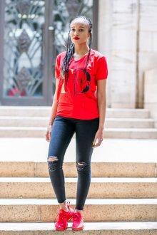 Красная футболка облегающая