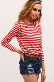 Красная футболка полосатая