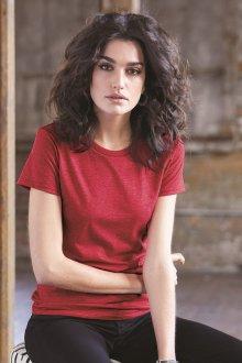 Красная футболка простая