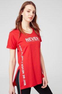 Красная футболка с разрезом