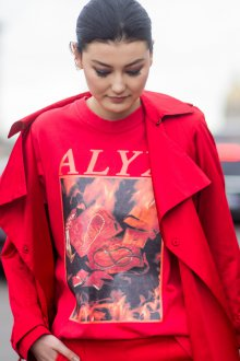 Красная футболка с рисунком яркая