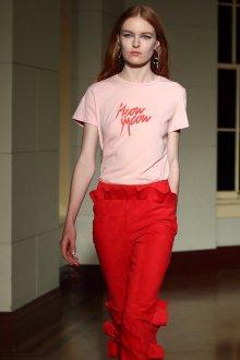 Розовая футболка с красной надписью
