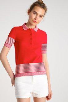 Красная футболка в розовую полоску