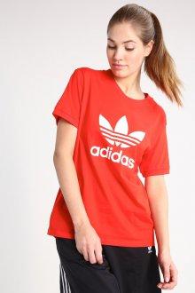 Красная футболка спортивная