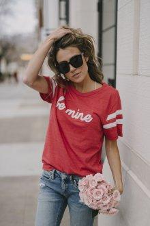 Красная футболка стильная