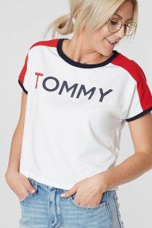 Красная футболка трехцветная