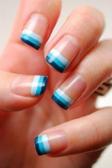 Голубой маникюр полосатый