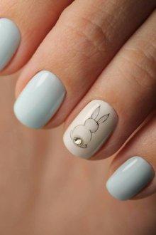 Голубой маникюр с зайцем