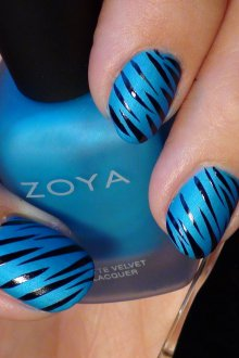 Голубой маникюр зебра