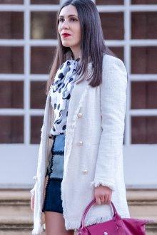 Блузка в горошек с пальто