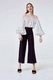Блузка в горошек с открытыми плечами
