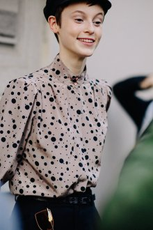 Блузка в горошек серая