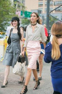 Блузка в горошек с юбкой