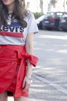 Юбка с футболкой красная кожаная