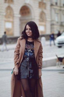 Юбка с футболкой и пальто