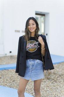 Юбка с футболкой и пиджаком