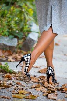 Серые туфли с черным декором