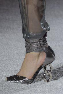 Серые туфли с декоративным каблуком