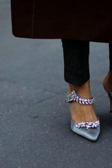 Серые туфли с кристаллами