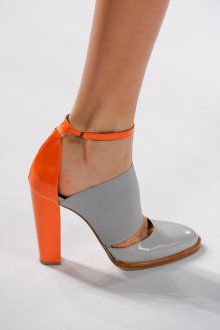 Серые туфли с оранжевым