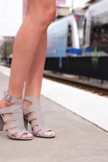 Серые туфли с разрезами