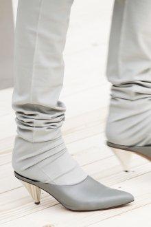 Серые туфли на скошенном каблуке