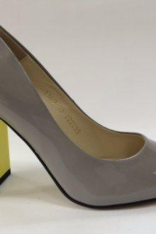 Серые туфли с желтым каблуком