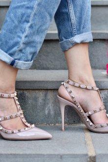 Серые туфли с золотым декором