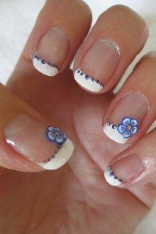 Белый маникюр френч с цветами