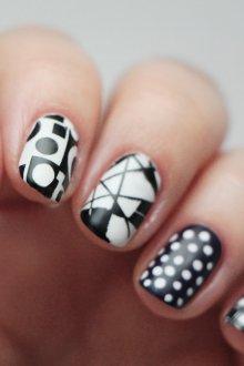 Белый маникюр геометрический на короткие ногти