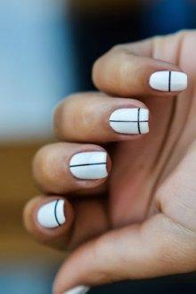 Белый маникюр геометрический