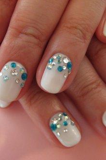 Белый маникюр на короткие ногти со стразами