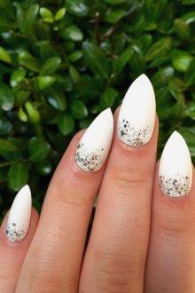 Белый маникюр на острые ногти
