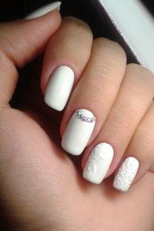 Белый маникюр с розами