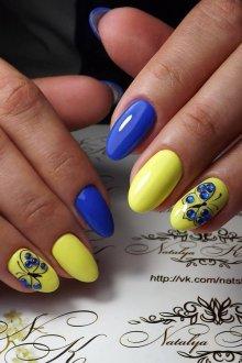 Синий маникюр с бабочками