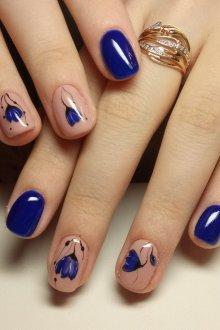 Синий маникюр цветочный