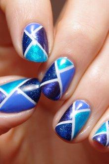 Синий маникюр геометрический