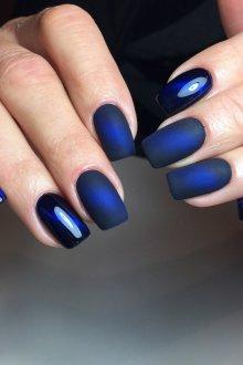 Синий маникюр матовый однотонный
