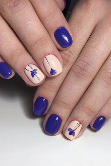 Синий маникюр в пастельных тонах