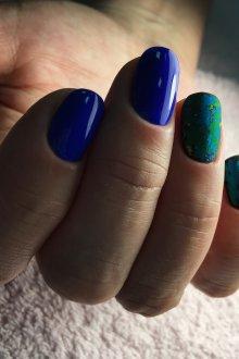 Синий маникюр с разноцветной фольгой