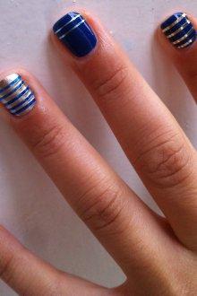 Синий маникюр с серебряными полосками