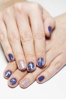 Синий маникюр с серебряным узором