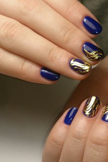 Синий маникюр с золотым узором