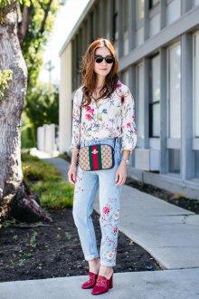 Блузка с цветами бежевая образ