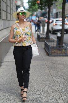 Блузка с цветами на бретелях