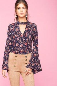 Блузка с цветами и декольте