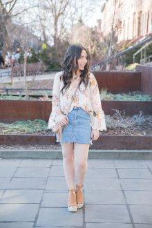 Блузка с цветами и джинсовой юбкой