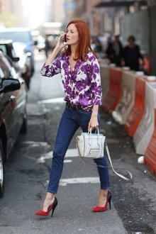 Блузка с цветами контрастная